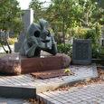「若い夢」の傍らに岡本太郎と敏子さんの墓標